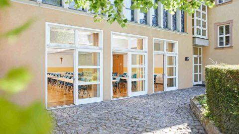 Tagungsraum-Terrasse-im-Grünen-Schmerlenbach